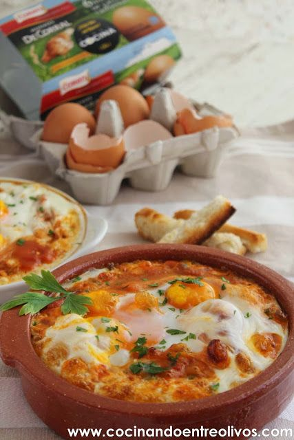 Huevos a la flamenca / 1 cebolleta . 4 cucharadas de guisantes .. 2 chorizos . Jamón serrano . 1 cucharadita de pimentón dulce. Tomate frito. 4 huevos . Perejil . Sal . Aceite de oliva virgen extra