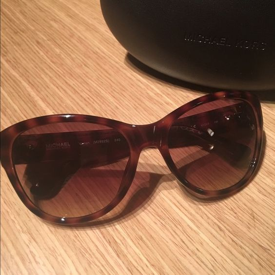 MIchael Kors Sunglasses Beautiful tortoise frame MK sunglasses. Worn only two times, they come with case and cloth! Michael Kors Accessories Sunglasses