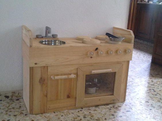 Una cocina de juguete con madera reciclada for Planos para hacer una cocina de juguete