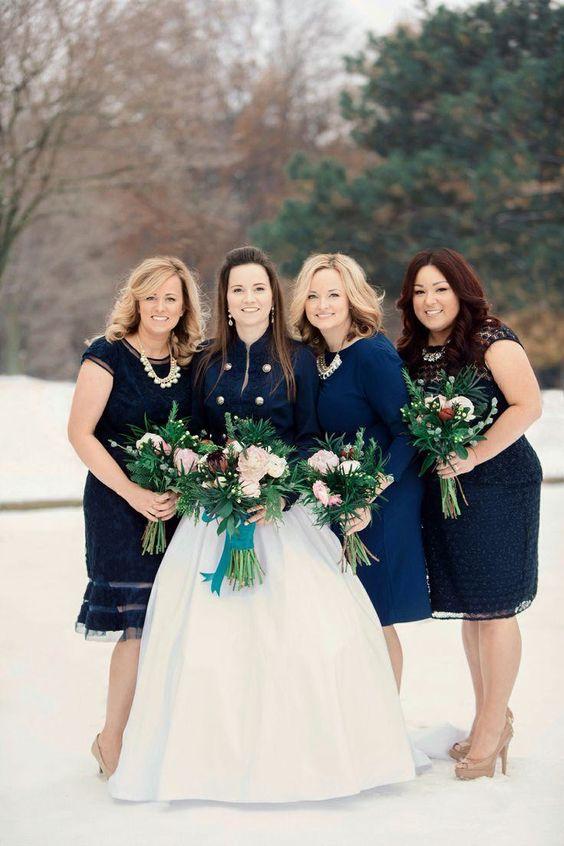 Boléro mariage bleu marine assorti aux robes des demoiselles d'honneur
