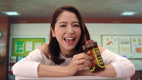 お菓子を食べる長澤まさみさん