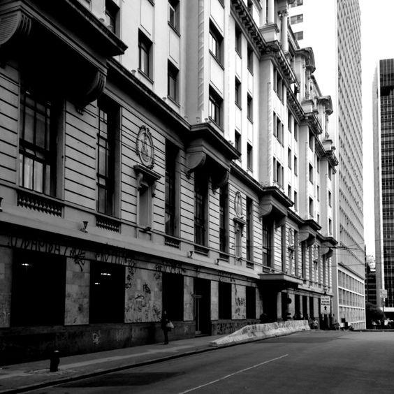 Foto rua atrás do Theatro Municipal de São Paulo. Fotos em preto e branco do centro de São Paulo.
