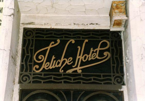 Fetiche Hotel, siniestro, de verdad siniestro: el abuso del hotelero xenófobo, la llamada a la policía, la expulsión, la cagada que me dejaron en el lavabo,  no tengo ni idea de cómo llegué allí, por donde el Boulevard Voltaire, en febrero o marzo de 1972. Creo que pasé por allí en enero de 1989 o en febrero del 94. Estaba cerrado, era un hotel patera para inmigrantes africanos, las pertenencias y vituallas colgaban de las ventanas.