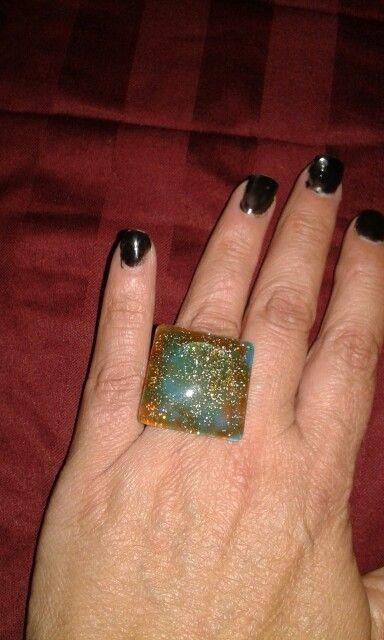 Anel de vidro pintado com esmalte de unhas