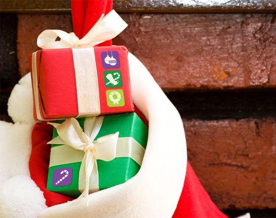 Utilize adesivos para criar pacotes de presentes personalizados. Compre um papel neutro e enfeite com diferentes adesivos com a cara do presenteado. :D #christmas #natal