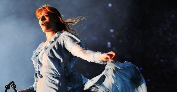 Pela terceira vez no Brasil, a banda inglesa Florence + the Machine encerrou o festival Lollapalooza Brasil 2016, que recebeu neste domingo (13) 75 mil pes...: