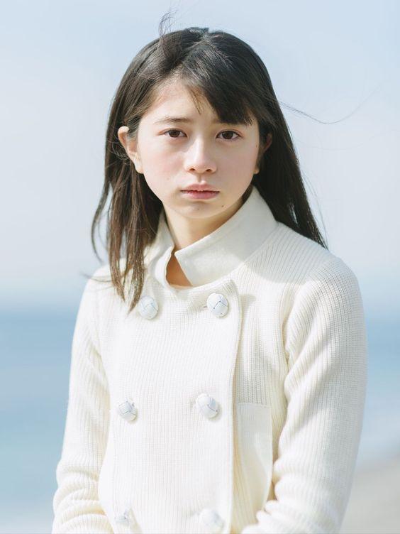 白色コートの桜田ひより
