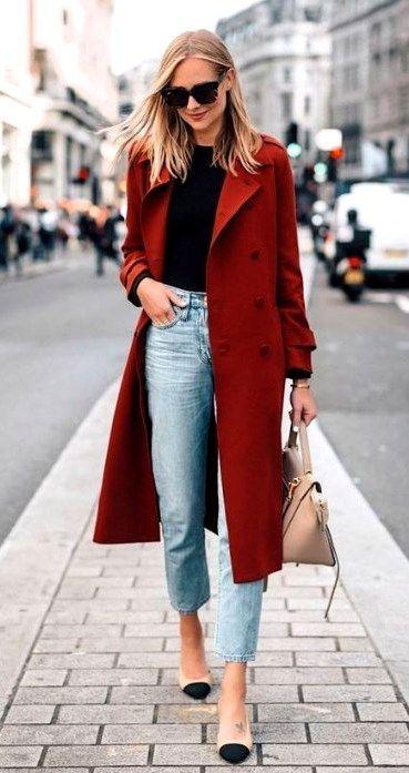 Basic denim para os dias mais frios. Look inspiração com calça mom jeans e camiseta black, para um ar mais fashion use um maxi casaco com cor.  #lookinverno #momjeans #basic
