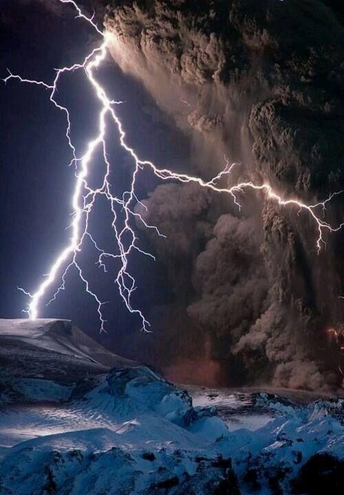 El volcán Eyjafjallajökull en Islandia expulsando piroclastos y generando rayos por la intensidad de carga.