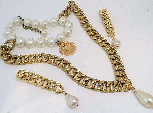 Vintage - Chanel - Parure 'Chaine Gourmette' - Collier et Boucles d'Oreilles - Médaillon Coco Chanel