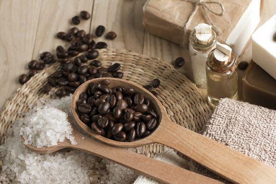 Exfoliant maison à lèvres au café. En les exfoliant, vous les ferez paraître plus pleines et roses. 2 ml (1/2 c. à café) lotion hydratante, 1 ml (1/4 c. à café) café fraîchement moulu, sel kascher. Mélangez bien dans un bol. Appliquez sur toute la bouche et massez pendant cinq minutes. Essuyez avec une débarbouillette trempée d'eau chaude.