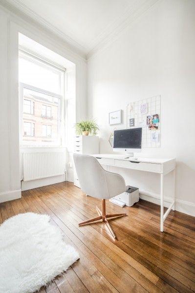 Das Home Office von Made Kundin Nicola. Ganz in weiß mit unserem Keira Drehstuhl in Grau und Kupfer als Highlight. | Made Unboxed