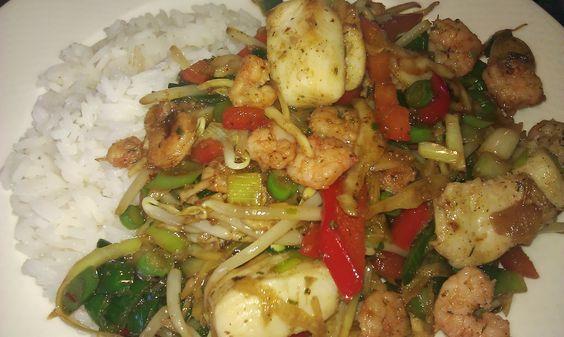 Geroerbakte groenten met vis en garnalen