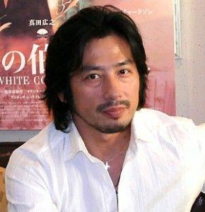 白シャツの真田広之