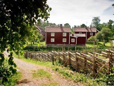Oplev attraktioner  såsom slotte, byer, strande og dyreparker tæt på hinanden i Småland