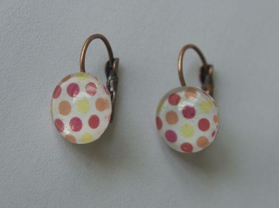 Boucles d'oreilles dormeuses avec cabochon en verre aux motifs à pois aux couleurs du printemps!  http://www.alittlemarket.com/boucles-d-oreille/boucles_d_oreilles_cabochon_a_pois_chaleureux_-5656761.html