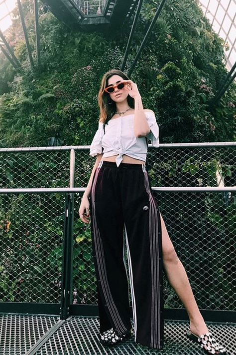 Dua Lipa usa blusa de nó e maxi pantalona