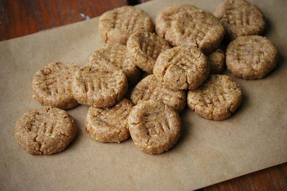 Peanut butter cookies with 4 ingredients: almonds, medjool dates, natural peanut butter and vanilla extract