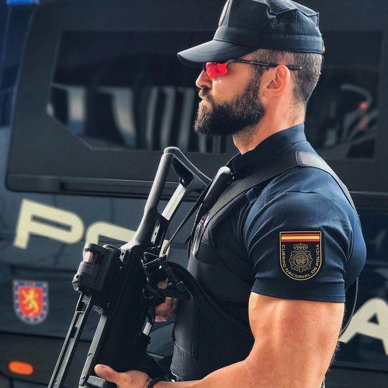 筋肉質な警官