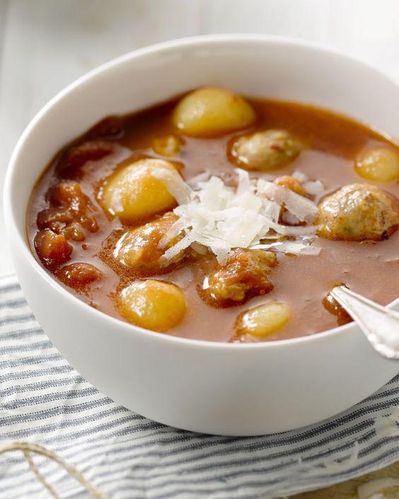 Met deze stevige maaltijdsoep met kippenworst en gnocchi kan je even voort. Heel gemakkelijk om te maken, budgetvriendelijk en winters.