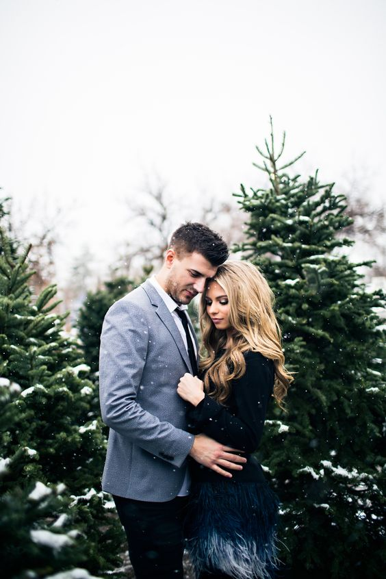 Christmas tree farm couple photos www.jessakae.com/blog/Christmas #couplesfashion #fashion #christmas