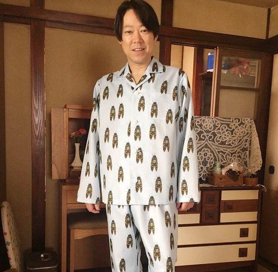 セミのパジャマを着ている阿部サダヲ
