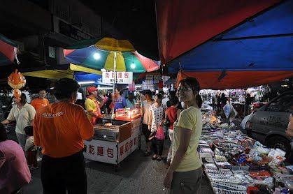 Auf den abendlichen Night Markets geht es besonders bunt zu, ein Mix aller Kulturen. --- Visit the night markets to meet real Malaysian people.