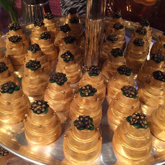 Mini bolo em chocolate com ouro 24k !! Um luxo na mesa de doces !