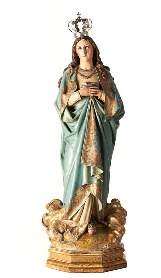 Nossa Senhora, escultura em madeira policromada e dourada, séc. XIX. A figura está representada de mãos postas sobre o peito, assente sobre nuvens e a serpente .Com coroa em prata.  Alt. aprox.: 118 cm.
