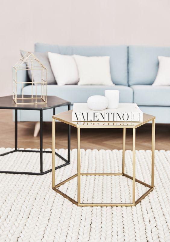 Glam Ecken Und Kanten Zeigt Uns Dieses Traum Duo An Beistelltischen In Gold Und Schwarz Perfekt Wohnzimmertische Samt Sofa Innenarchitektur Wohnzimmer