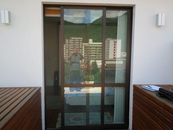 Porta acústica em alumínio, cor bronze aplicada em quarto de dormir para varanda.
