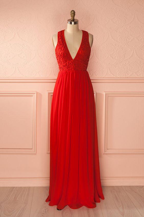 Les vraies reines de la fête portent de longues robes rouges !  The true party queens wear long red dresses! Bright red lace bust gown www.1861.ca