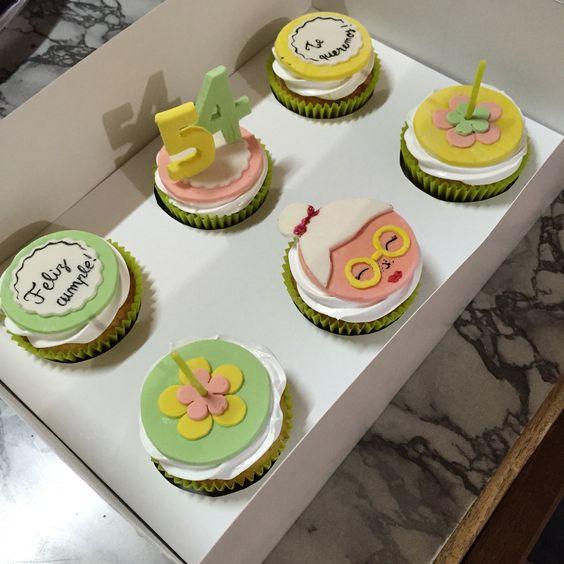 Cupcakes sabor vainilla, cubiertos con merengue y detalles en fondant.