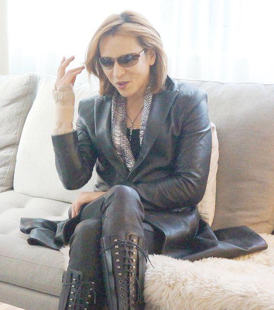 黒いスーツを着てソファに座っているXJAPAN・YOSHIKIの画像
