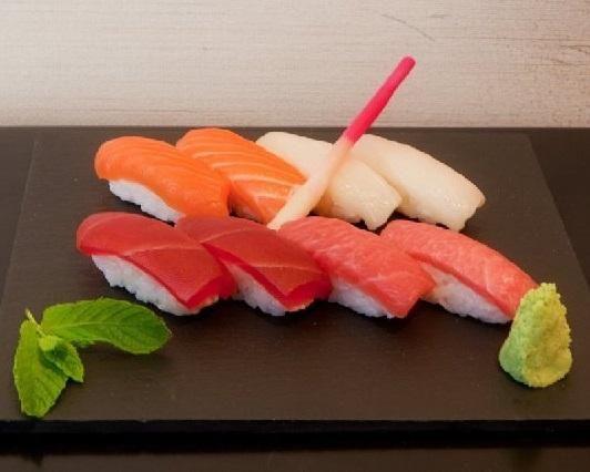 Cómo cortar el atún para sushi. El sushi se ha convertido en una de las alternativas más populares al momento de comer, y es que a pesar de que se trata de una parte fundamental de la gastronomía japonesa, con el tiempo se encuentra...
