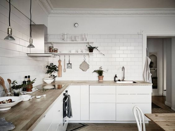 Cocina n rdica con baldosa metro y encimera de madera for Cocinas integrales blancas