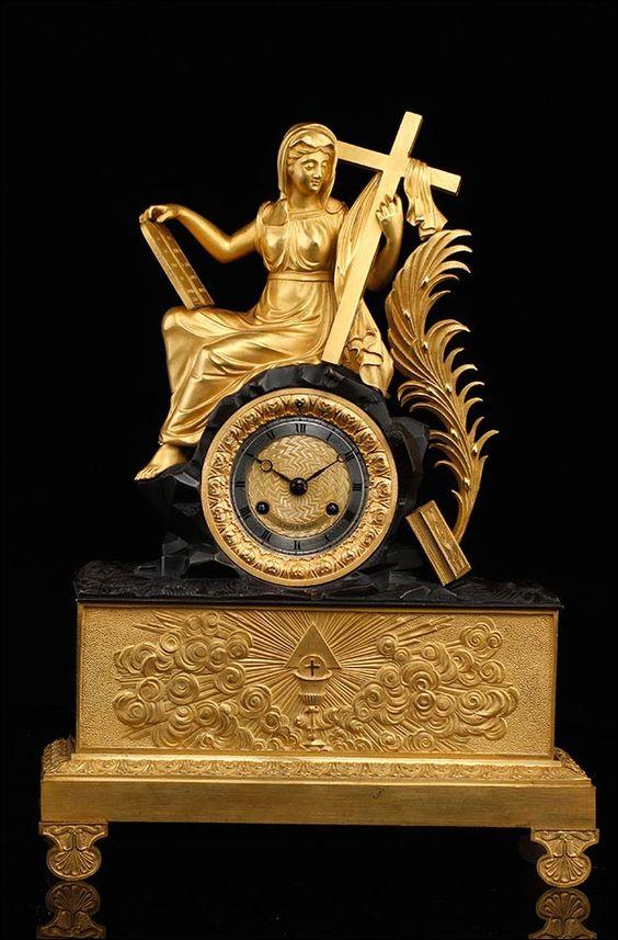 .Reloj de Sobremesa en Bronce Dorado con Figura Alegórica Religiosa. Francia, Siglo XIX