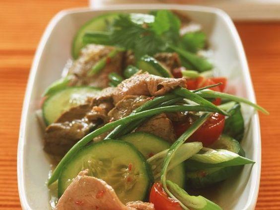 Asiatischer Rindfleischsalat mit Gemüse ist ein Rezept mit frischen Zutaten aus der Kategorie Fleischsalat. Probieren Sie dieses und weitere Rezepte von EAT SMARTER!