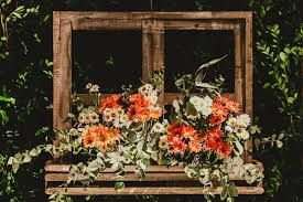 Resultado de imagem para decoraçao com jogo de banco rustico em casamento