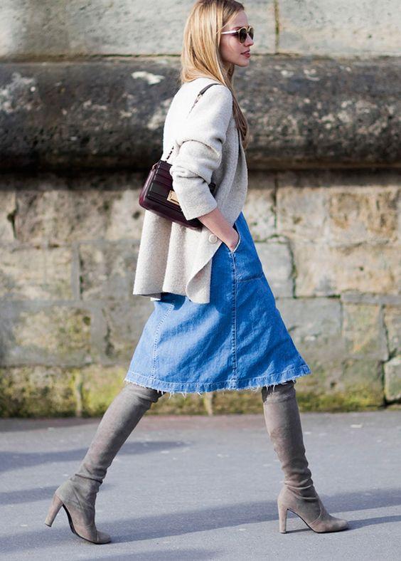 Street style look casaqueto bege, saia midi jeans e bota over the knee cinza.: