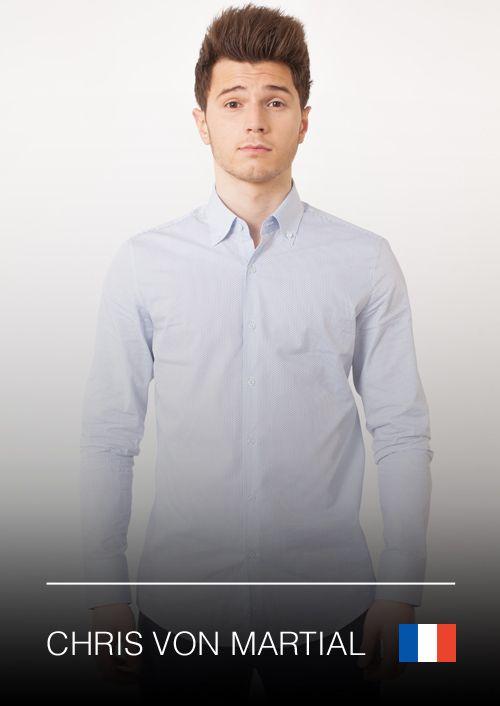 L'incontournable du look classe, c'est la chemise Géométrie Plus de détails sur https://dressingdumonde.com/boutiq…/homme/chemise-geometrie/ Le charisme va avec la classe, et la chemise Géométrie vous garantit les deux. C'est une chemise blanche à imprimé géométrique bleu. En outre, le haut du dos contient un tissu blanc avec des motifs des branches fleuries pour donner un coup de fraîcheur à l'ensemble.