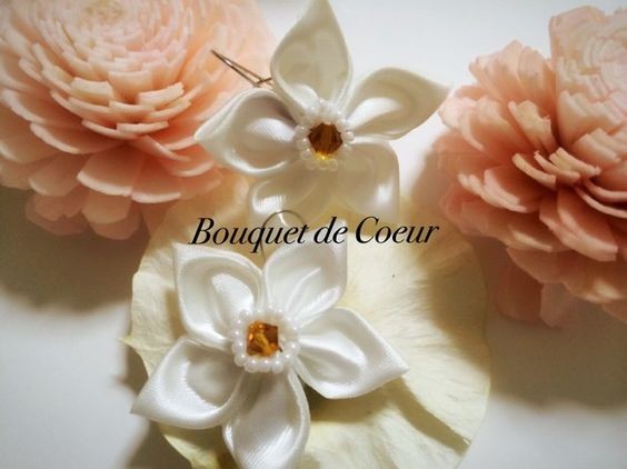 人気の大きめのお花モチーフのピアスです。ひとつひとつ手作りです。サテン地のお花がお上品♪白いお花の真ん中にオレンジのクリスタルビーズがかわいい華やかなピアスで...|ハンドメイド、手作り、手仕事品の通販・販売・購入ならCreema。
