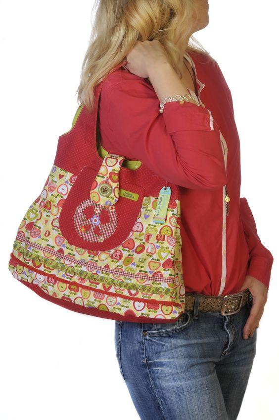 Isabella, deine Tasche mit vielen Gesichtern.  Auffallend als Citybag für die Shopping-Tour mit deiner Freundin oder das Abendessen mit Kollegen, prachtvoll für lange Tagesausflüge oder Marktbesuche und genial als sportliche Tasche für die Fahrt zur Uni.