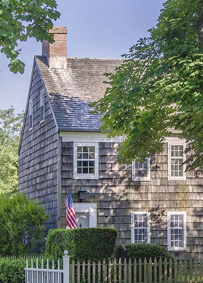 ⚓Main Street, East Hampton - This is the cottage I would expect to see in Maine: