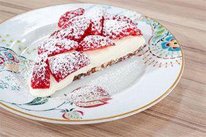 Από την pastry Chef Χριστίνα Κάκκου Ημέρα προβολής 12/03/15. Πατήστε εδώ για να δείτε την εκπομπή. ΥΛΙΚΑ Για στρογγυλή φόρμα 25 εκ. Για τη βάση: 80 γρ. βούτυρο Lurpak 100 γρ. μπισκότα τύπου πτι μπερ ή τύπου digestive 200 γρ. πραλίνα φουντουκιού 60 γρ. σοκολάτα κουβερτούρα Για την κρέμα: 1/2 lt γάλα 1 λοβό βανίλιας …