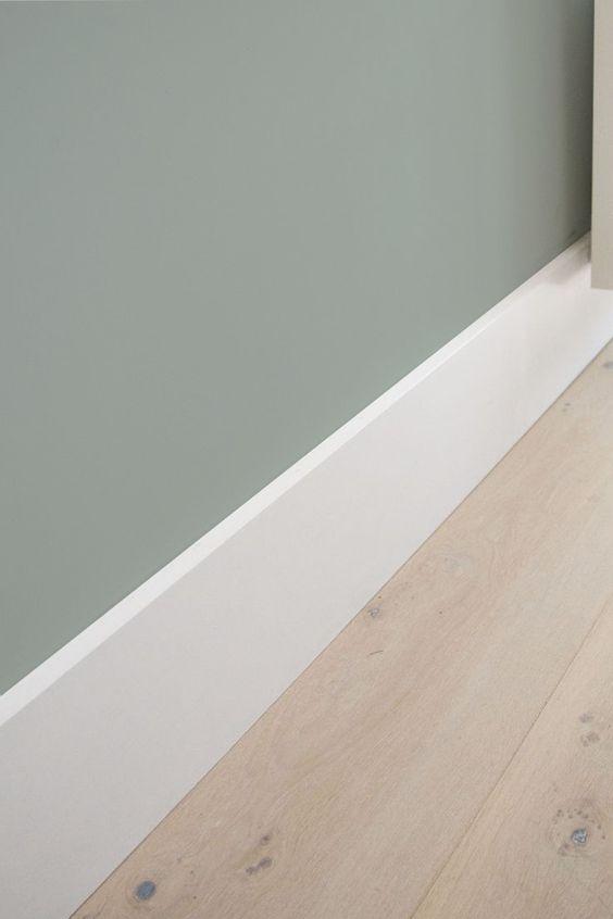 Flexa Early Dew witte hoge plint en lichte eiken vloer <3: