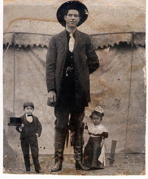 Foto de época 1860 TOM THUMB y ESPOSA Como niños pequeños Tom Thumb, Miss Lavinia / Warren The Giant / barnum circus