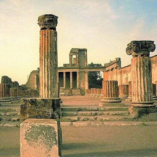 Pompéia (Pompéia Itália) Pompeia uma cidade romana antiga perto do que hoje é Nápoles foi destruída e enterrada nas cinzas e pedras pome depois da erupção do Monte Vesúvio em 79 a.C. Aproximadamente 25 milhões de pessoas visitam Pompéia anualmente.  #Lifestyle #EmbarqueNaViagem #luxuryhotel #luxurytravel #thegoldlist #darlingescapes #luxuryhotelsworld #luxuryworldtraveler #cooltravel #Beautifuldestinations #travellifestyle #TheBest #Top #Love #Traveler #igers #amazing #travelBloggers #travel…