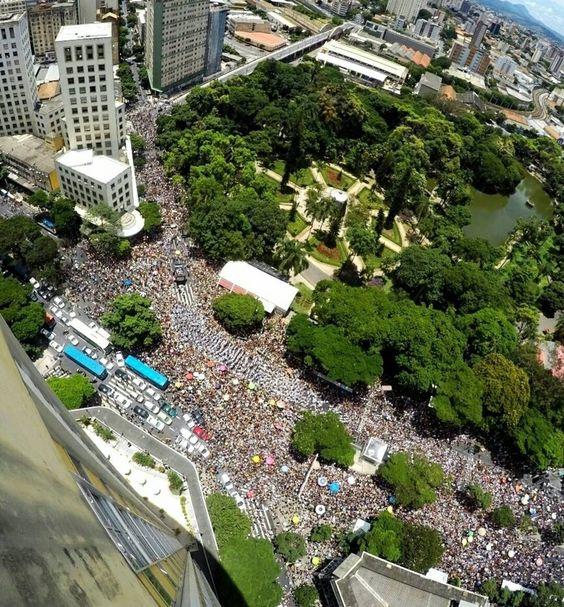 Uma cena que nunca sairá da minha cabeça e nem do meu coração. <3  Baianas Ousadas na Afonso Pena esquina com Rua da Bahia. Foi lindo.  #BH  #Belo  #Carna  #Carnaval  #CarnaBelo  #CarnavalizaBH  #baianasozadas  Foto: @emimagem