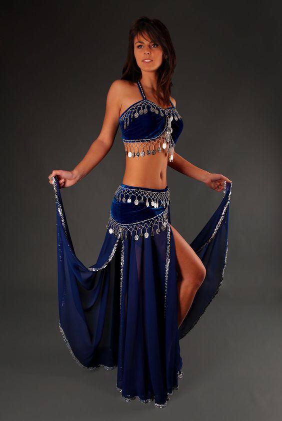 Costume danse orientale Cléopâtre : Attrait irrésistible, le costume de danse orientale Cléopâtre charme par sa ligne qui met en valeur la grâce naturelle. Doux mélange de mousseline et velours extensible brillant pour un confort optimal.